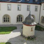 Innenhof mit Brunnenhaus